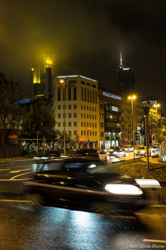 Commerzbank und Maintower im Nebel