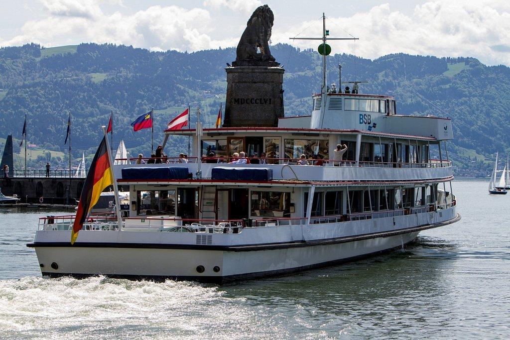 Ausflugsfahrt verlässt den Hafen Lindau