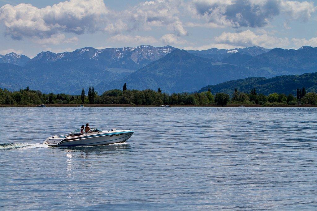 Bootsfahrt mit Bergpanorama